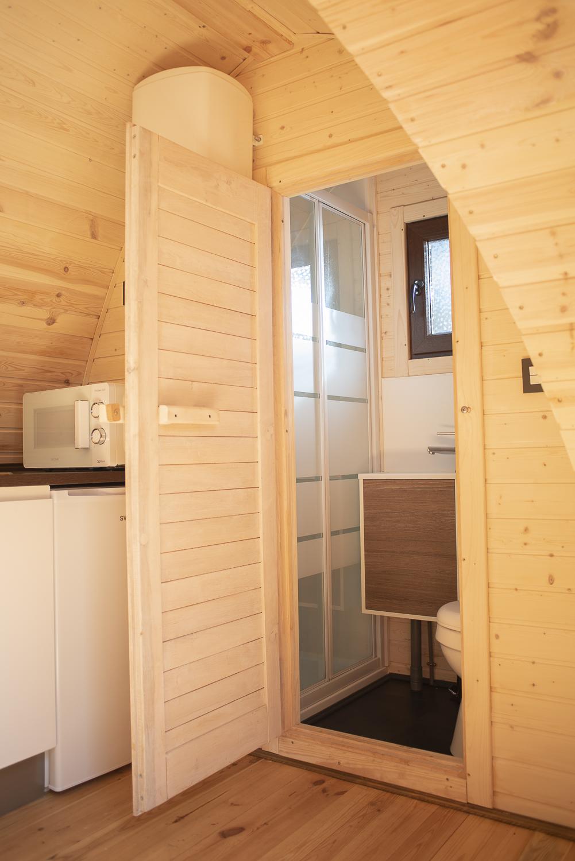 baño pod de madera camping