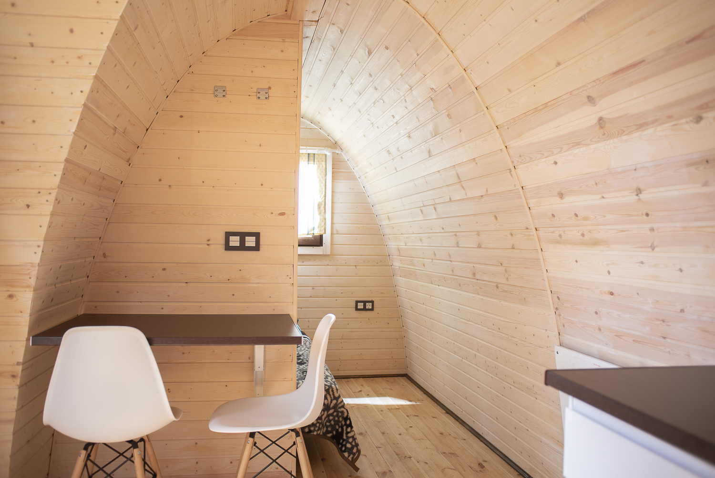salón pod de madera camping