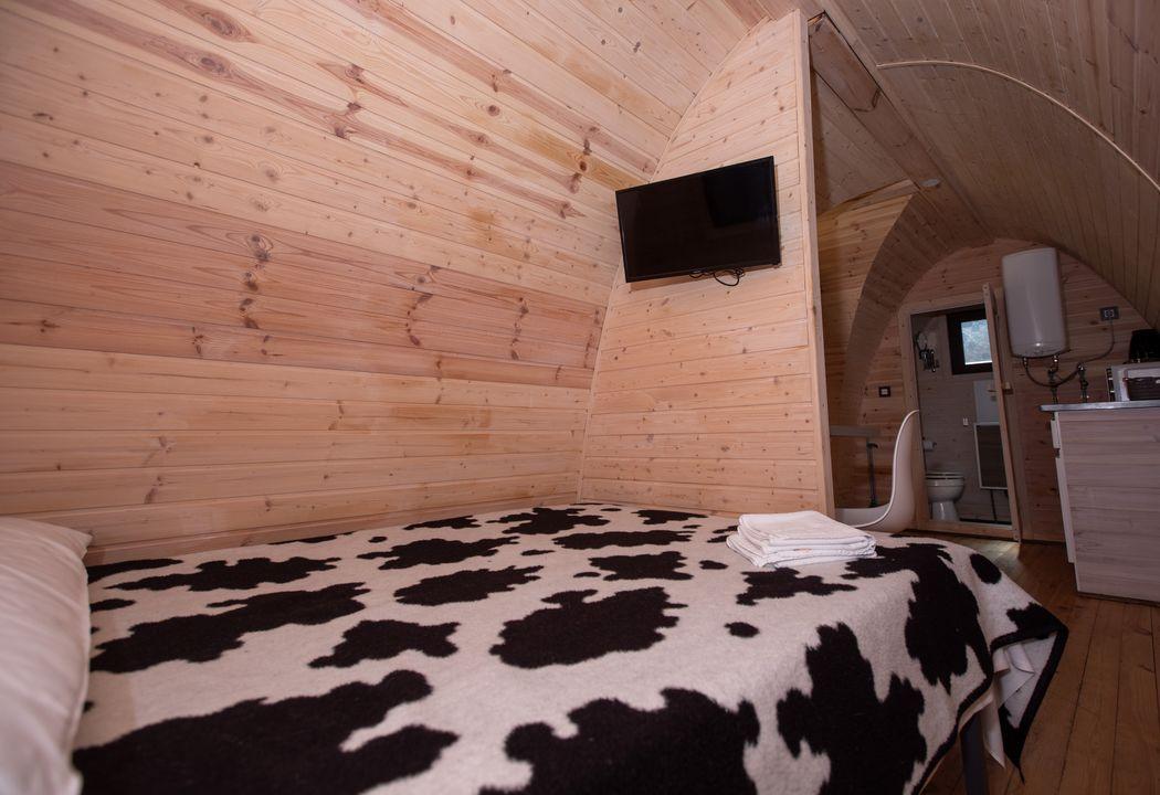 dormitorio de pod con televisión