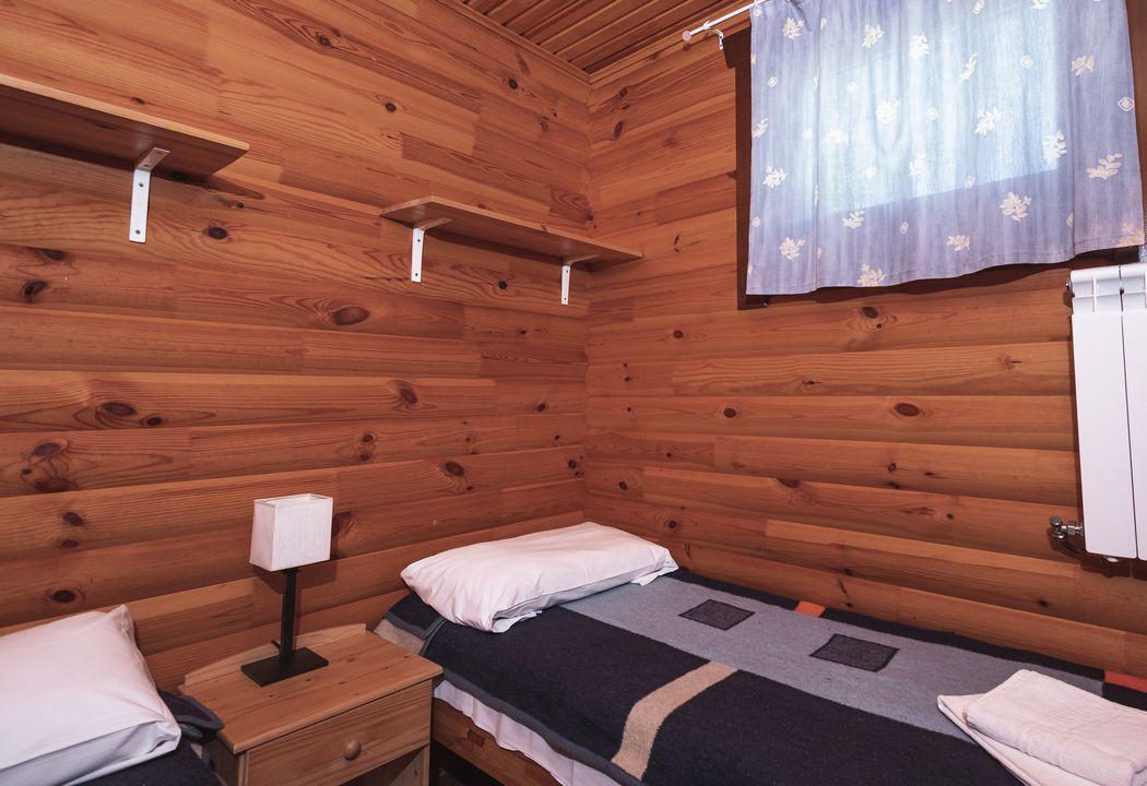 dormitorio de dos camas bungalow